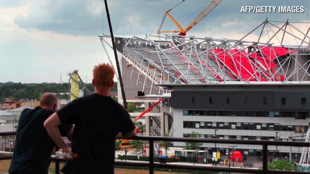 Un muerto y 14 heridos al derrumbarse un estadio de fútbol