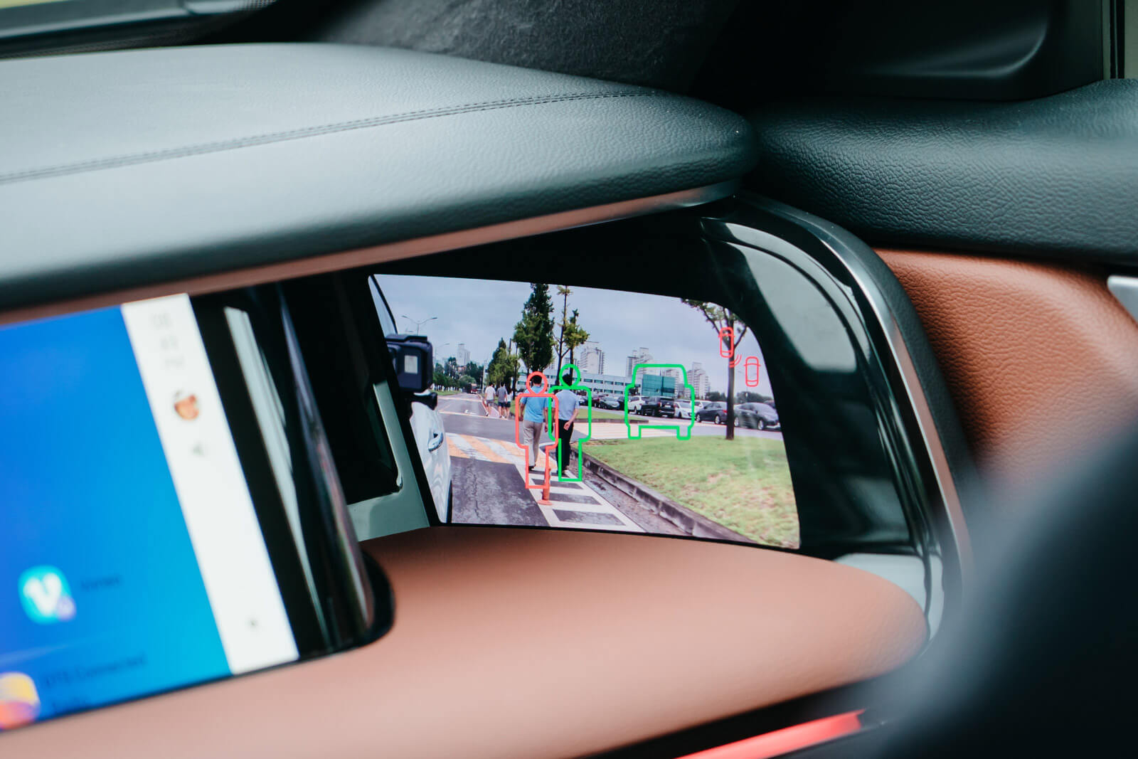 Samsung's Digital Cockpit 2.0 is equipped with E-Mirror, which recognizes nearby pedestrians and vehicles.